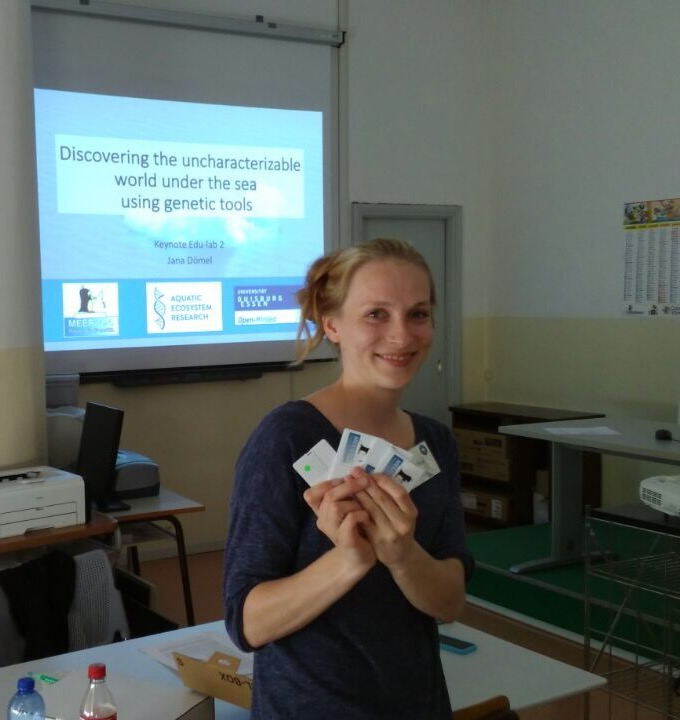 Jana hält die USB-Karten mit den Arbeitsaufgaben für die Workshop Teilnehmer bereit.