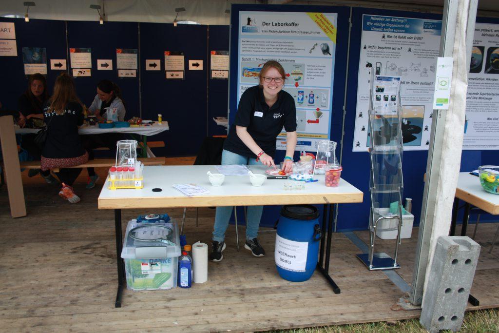 Unsere tolle Helferin Lucie am MEERwert Stand (Foto: Lucie Tintrop)