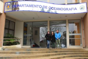 Dharma Reyes-Macaya (in the middle, in front of El Departamento de Oceanografía (DOCE) de la Universidad de Concepción)