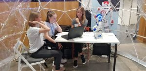 Junge Besucherinnen arbeiten mit Miki