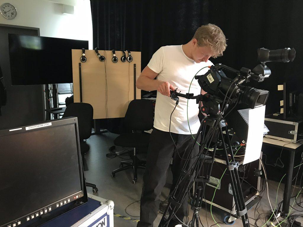 Felix Streidl prüft die letzten Videoeinstellungen.